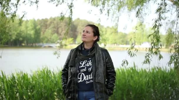 Krásná zamyšlená žena v zelené přírodě Park