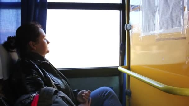 Osamělá žena cestovat autobusem