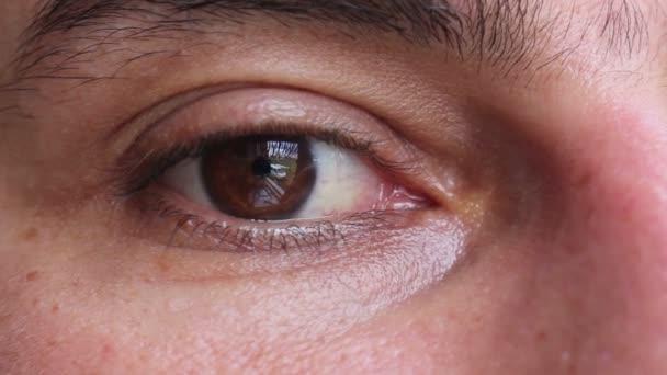 Smutný muž hnědé oko