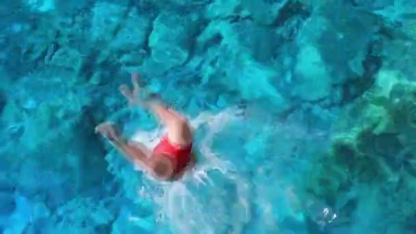 Atletický muž skočil do vodních adrenalinových sportů