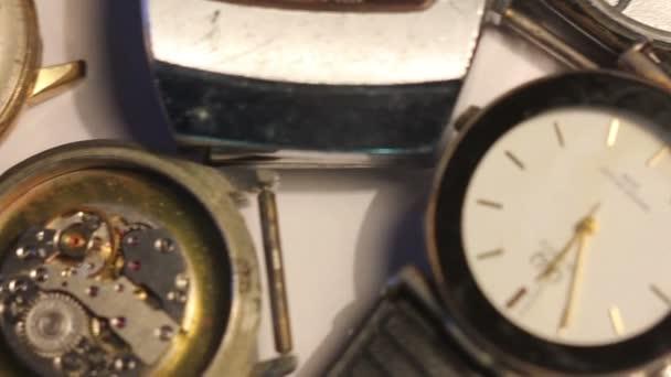 Különböző régi órák