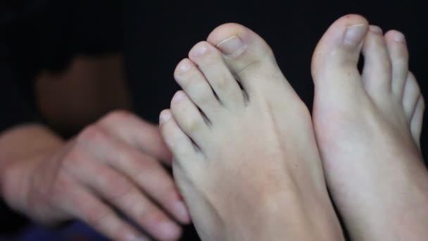 Muž lechtání žena nohy