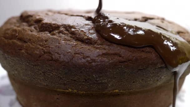 Schokoladenkuchen mit geschmolzener Bitterschokolade tropft drüber