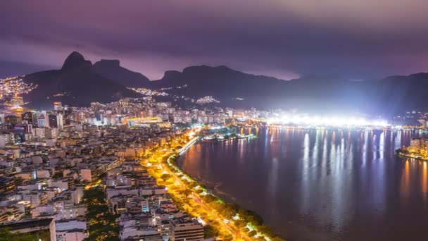 mit blick auf die nächtliche bucht von rio de janeiro
