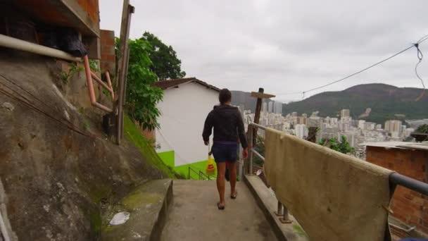 Chodící děti do FAVELY v Rio de Janeiro, Brazílie