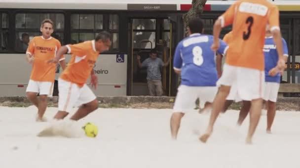 muži hrají fotbal