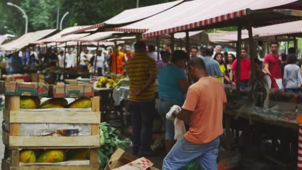 prodejci na trhu v Rio de Janeiru