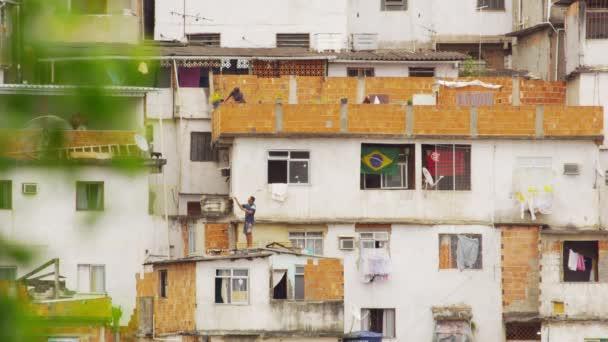 lidé na střechách v favela Rio de Janeiro
