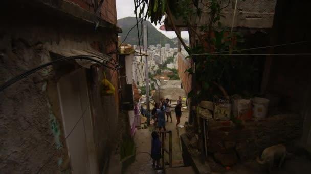 Výstřel - zpomalené dolly zahnul za roh a dolů do FAVELY v Riu, Brazílie