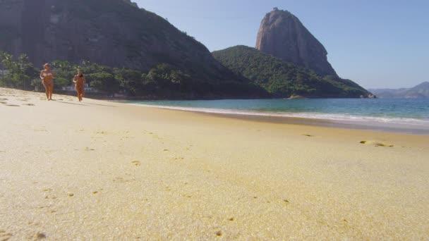 ženy zaběhat na pláži Rio