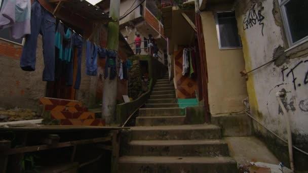 Zpomalený pohyb posouvání nebo sledování výstřel uvnitř favela čtvrť v Rio de Janeiru