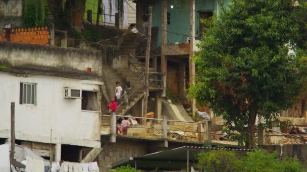 děti si hrají venku FAVELY Rio