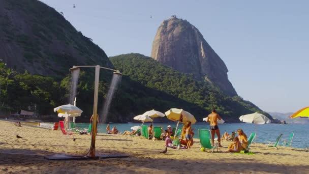 lidé se těší na pláži Rio