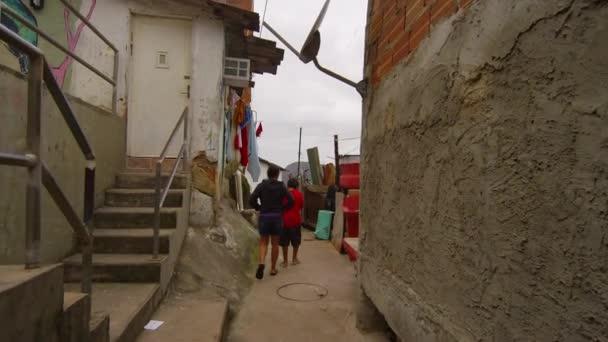 děti chodí do FAVELY v Rio de Janeiru