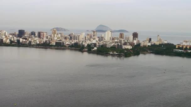 Vrtulník létání nad Lagoa v Rio de Janeiru