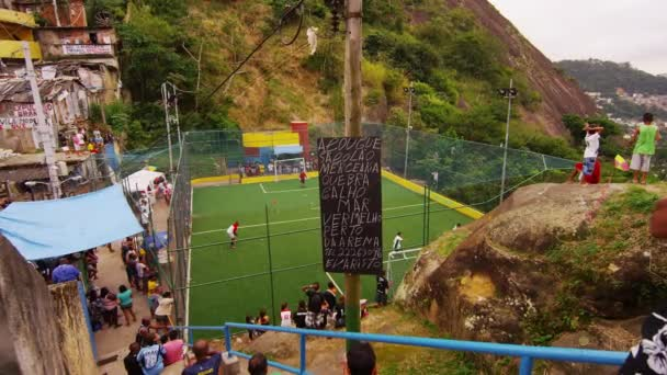fotbalový zápas a dav hodinek