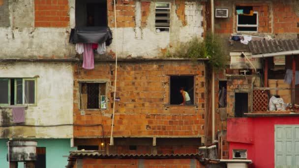 dítě v okenní parapet v Rio favela