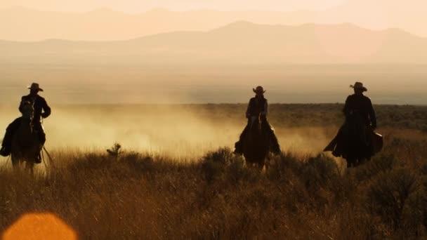 čtyři kovbojové Jezdi v řadě.