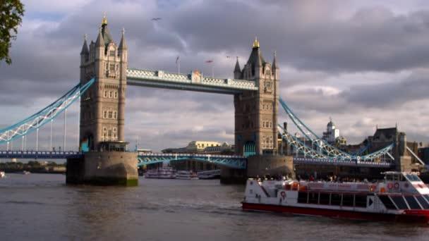 Výletní loď a Tower Bridge v Londýně