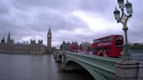 Lidé na Westminsterském mostě v Londýně