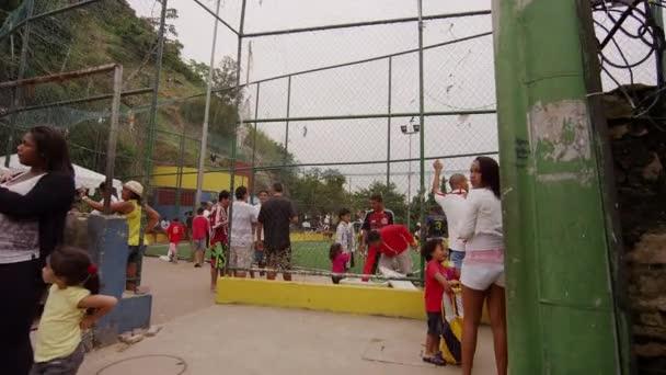Pomalé dolly výstřel, favela cestující na 23 červnu 2013 v Riu, Brazílie