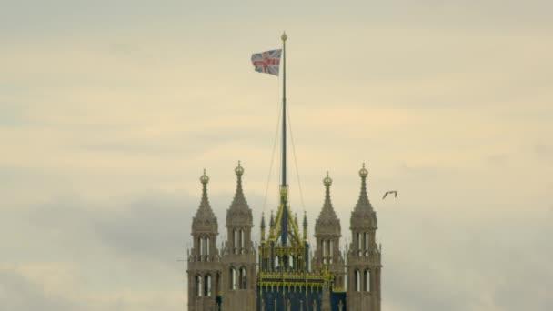 Mávání vlajkou na Westminsterské opatství v Londýně