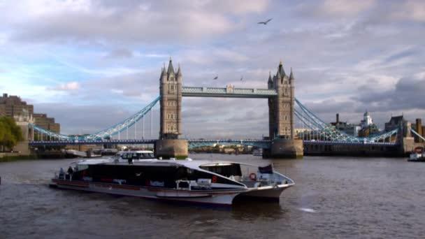 loď prochází před Tower Bridge