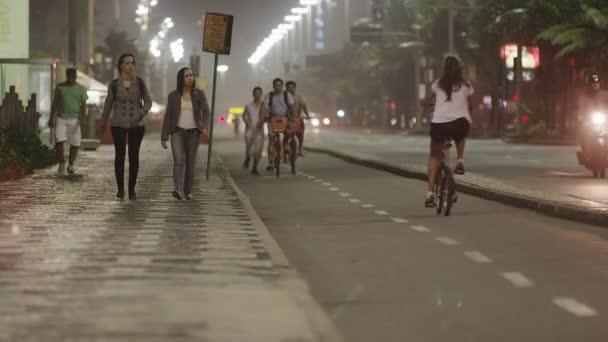 Radweg und Gehweg in Rio.