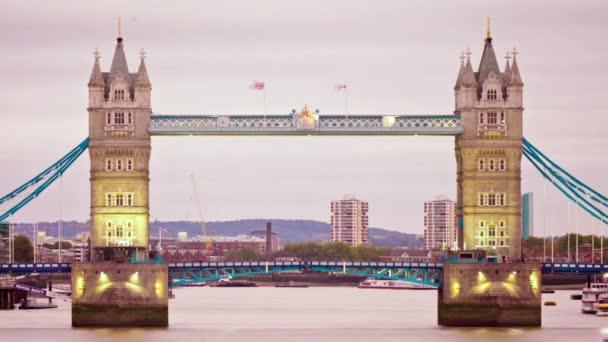 Tower Bridge v Londýně při západu slunce.
