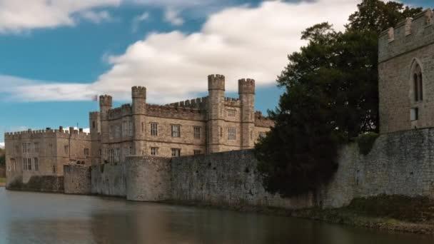 Exteriér zámku v Leeds a příkop v Anglii.