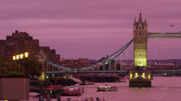 Tower Bridge in London in der Dämmerung