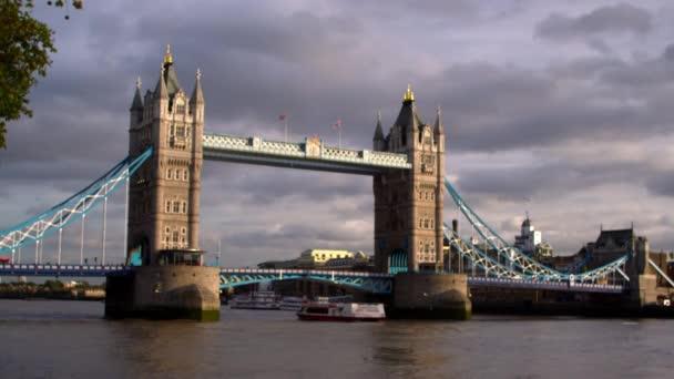 Loď prochází pod Tower bridge