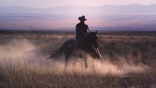kovboj na koni ve spirále.