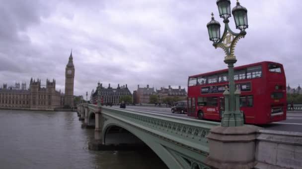 lidé překřížit Westminsterský most v Londýně