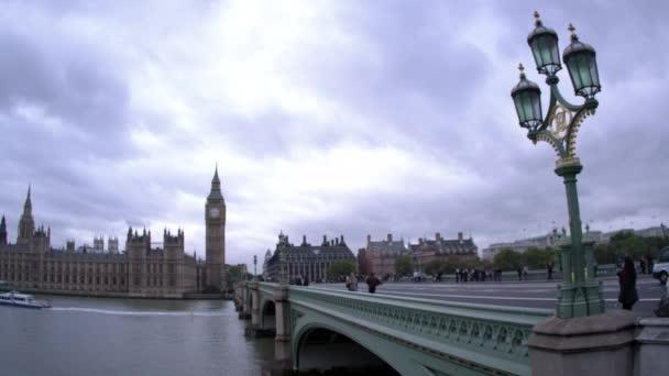 Emberek a Westminster Bridge-ben Londonban