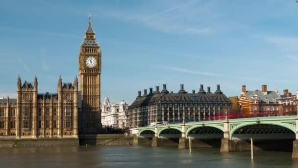 provoz na Westminster Bridge v Londýně.