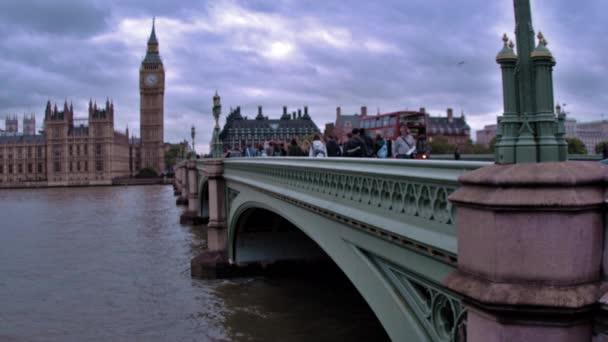 az emberek és az autók Cross Westminster-híd
