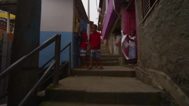 Pomalé dolly záběr favela domy v Riu, Brazílie