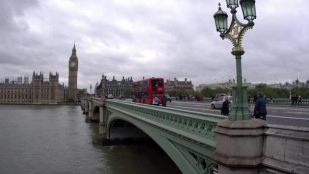 lidé a auta přes Westminsterský most