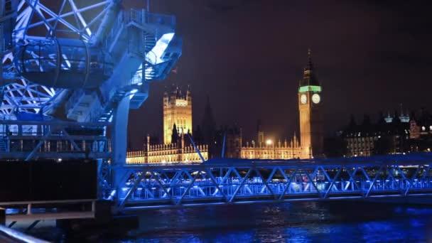 Big ben és a London Eye éjjel.