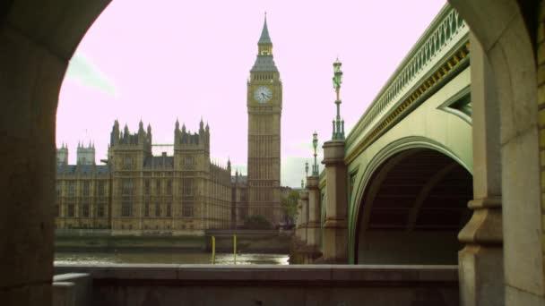 Temži, Westminster a velký Ben z tunelu
