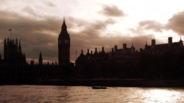 Westminsterský palác ve večerních hodinách v Londýně