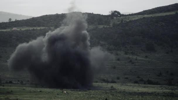 Exploze kouřový oblak skomírajícím