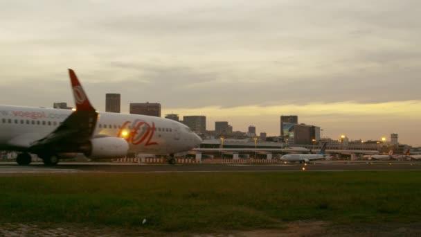 letadlo připravující k vzletu na letišti Jacarepagua