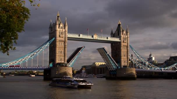 Tower Bridge a řeku Temži v Londýně