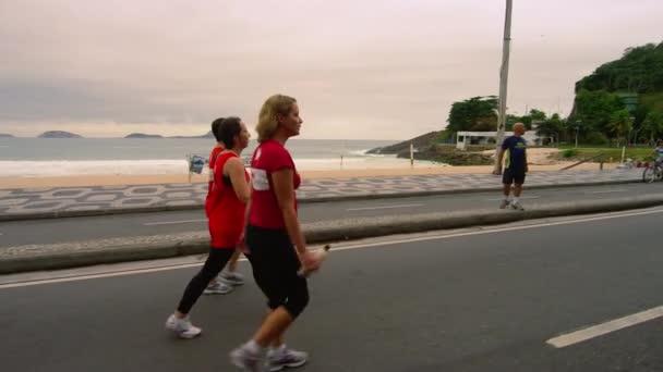 ženy, chůze v blízkosti Ipanema Beach v Rio de Janeiru