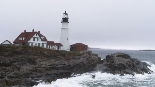 Portland hlavu světlo s vlnami na skalnatém pobřeží Maine