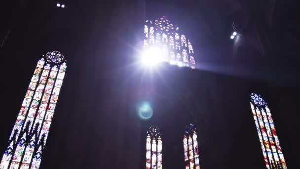 Slunce svítí skrz okna kostela