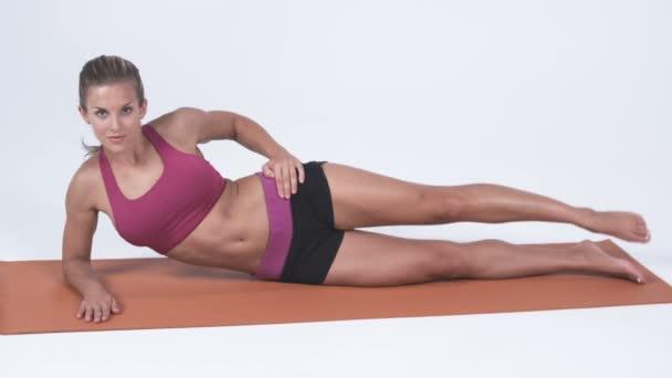 žena ležící na její straně, dělat cvičení nohou