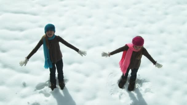 Iker lányok vissza esik a hó drift